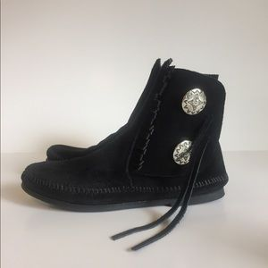 New Minnetonka Black Suede Moccasins Boots size 7